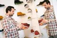 Acquisto adulto dell'uomo per le scarpe Fotografia Stock Libera da Diritti
