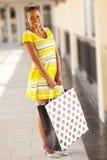 Acquisto africano della donna Immagine Stock