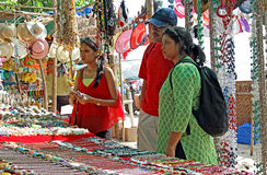 Acquisto asiatico della famiglia al mercato delle pulci Immagini Stock Libere da Diritti