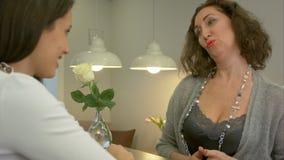 Acquisto attraente della donna ed esaminare gioielli archivi video