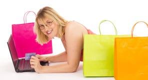 Acquisto attraente della donna sopra il Internet Fotografia Stock