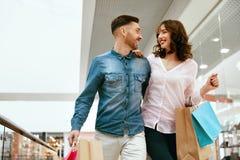 Acquisto Coppie con le borse nel centro commerciale Fotografie Stock Libere da Diritti