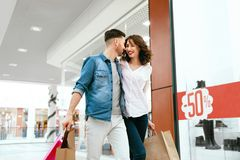 Acquisto Coppie con le borse nel centro commerciale Immagini Stock Libere da Diritti