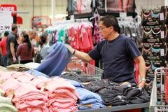 Acquisto dei vestiti Fotografia Stock