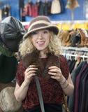 Acquisto del cappello della ragazza Fotografie Stock Libere da Diritti