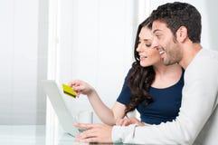 Acquisto del Internet delle coppie di Surpised Fotografia Stock
