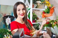 Acquisto del mazzo in un negozio di fiore, registratore di cassa Fotografia Stock Libera da Diritti