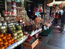 Acquisto del mercato a Bangkok Tailandia Fotografia Stock Libera da Diritti