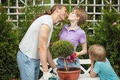 Acquisto del ragazzino e della madre nel centro di giardinaggio fotografie stock