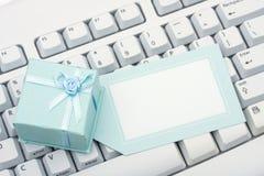 Acquisto del regalo in linea fotografia stock libera da diritti