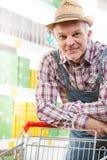 Acquisto dell'agricoltore al supermercato Fotografia Stock Libera da Diritti