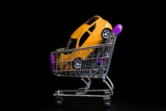 Acquisto dell'automobile in negozio automatico immagine stock libera da diritti