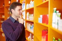 Acquisto dell'uomo nella farmacia immagini stock libere da diritti