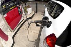 Acquisto della benzina di notte Fotografia Stock