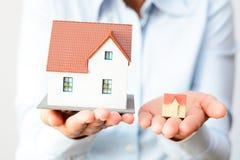 Acquisto della casa piccola o grande che considera la differenza di prezzi fotografia stock libera da diritti