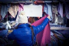 Acquisto della donna nel mercato tradizionale Immagini Stock Libere da Diritti