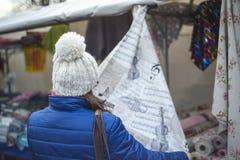 Acquisto della donna nel mercato tradizionale Fotografia Stock