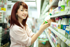 Acquisto della donna nel supermercato fotografia stock libera da diritti