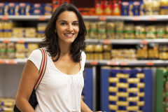 Acquisto della donna nel supermercato immagini stock libere da diritti