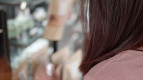 Acquisto della donna nel supermercato video d archivio