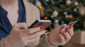 Acquisto della donna online e per mezzo dello smartphone con la carta di credito video d archivio