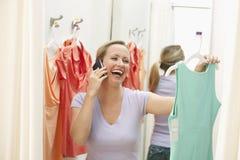 Acquisto della donna per i vestiti Fotografie Stock Libere da Diritti