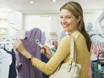 Acquisto della donna per i vestiti immagini stock