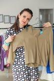 Acquisto della donna per i vestiti Fotografia Stock Libera da Diritti