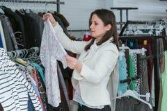 Acquisto della donna per i vestiti Fotografia Stock