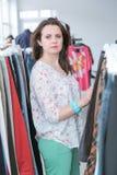 Acquisto della donna per i vestiti Immagini Stock Libere da Diritti
