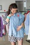 Acquisto della donna per i vestiti Immagine Stock