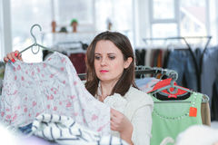 Acquisto della donna per i vestiti Immagine Stock Libera da Diritti
