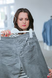 Acquisto della donna per i vestiti Fotografie Stock