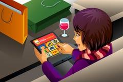 Acquisto della donna per la vendita cyber di lunedì Fotografie Stock