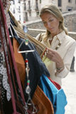 Acquisto della donna per le borse alla stalla del mercato Immagini Stock