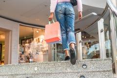 Acquisto della donna in un centro commerciale con le borse immagini stock libere da diritti