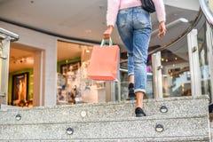 Acquisto della donna in un centro commerciale con le borse fotografia stock