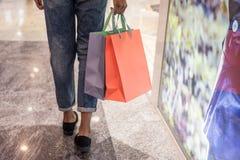 Acquisto della donna in un centro commerciale con le borse immagine stock