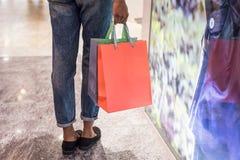 Acquisto della donna in un centro commerciale con le borse immagine stock libera da diritti