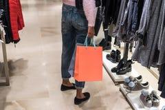 Acquisto della donna in un centro commerciale con le borse fotografia stock libera da diritti