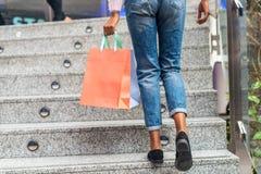 Acquisto della donna in un centro commerciale con le borse fotografie stock libere da diritti