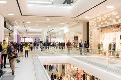 Acquisto della folla della gente nell'interno di lusso del centro commerciale Immagine Stock