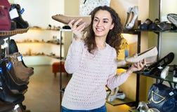 Acquisto della giovane donna al negozio di scarpe di modo Immagini Stock Libere da Diritti