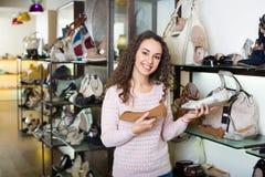 Acquisto della giovane donna al negozio di scarpe di modo Immagine Stock Libera da Diritti