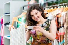 Acquisto della giovane donna nel grande magazzino di modo fotografie stock