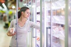 Acquisto della giovane donna per la carne in una drogheria Fotografia Stock Libera da Diritti