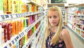 Acquisto della ragazza per i prodotti di bellezza Fotografie Stock