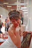 Acquisto della sposa per il vestito fotografia stock libera da diritti