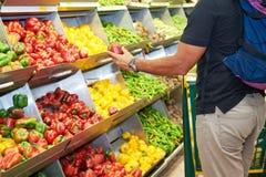 Acquisto della verdura e della frutta dell'alimento Fotografia Stock Libera da Diritti
