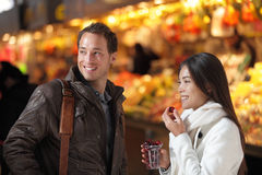 Acquisto delle coppie dei turisti del mercato di strada di Barcellona Immagini Stock